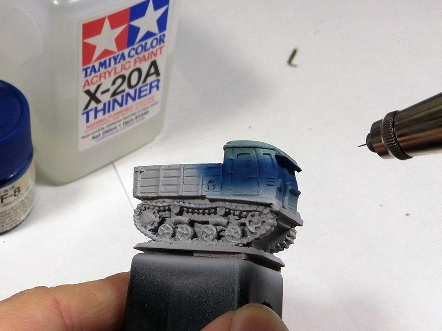 На нижнюю часть остекления аккуратно дуем второй оттенок — синий. Минимальное давление (около 0,9 атмосферы) и жидкая краска дадут возможность поднести аэрограф очень близко к модели и сделать плавный переход цветов - Пушки-игрушки | Warspot.ru