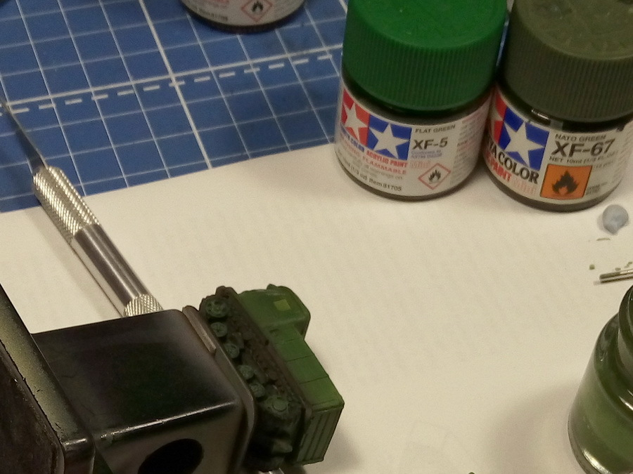 Базовый слой — зелёный. Все операции аналогичны нанесению базового зелёного цвета на пушку ЗИС-2. Распыляем краску на весь трактор, стараясь не закрасить гусеницы и пространство между катками, оставляя там более тёмные области. Давление подачи краски в аэрографе минимальное, до 1 атмосферы, расстояние от сопла до поверхности — 1,5–3 см - Пушки-игрушки | Warspot.ru