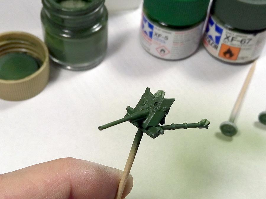 На окраске 45-мм орудия подробно останавливаться не будем — фактически модель окрашена по тем же технологиям, что и трактор, но с чуть меньшим контрастом. Базовый зелёный цвет нанесён аэрографом, высветления сделаны салатовой краской и т.д. - Пушки-игрушки | Warspot.ru