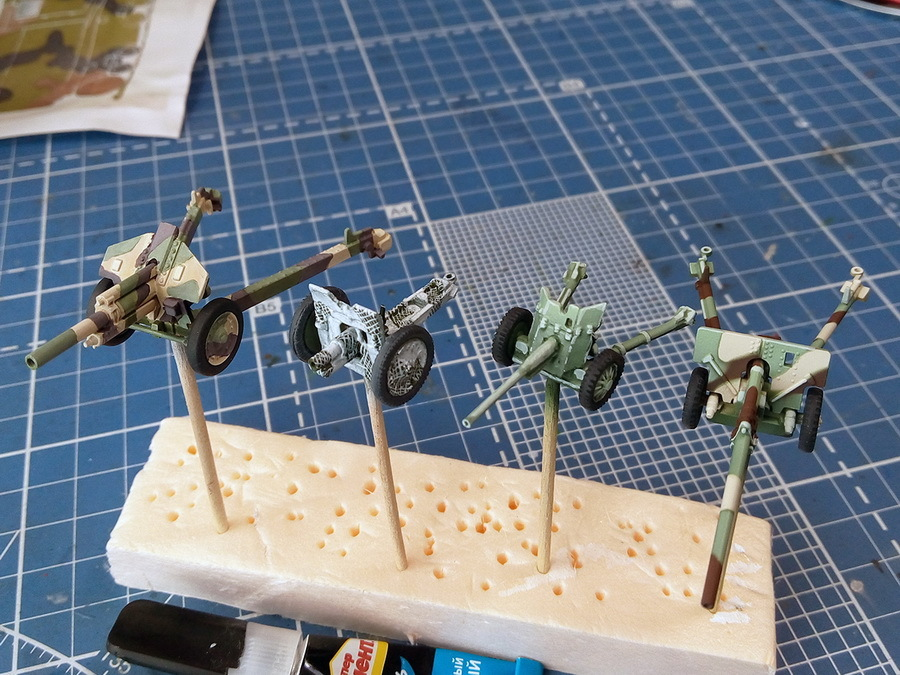 Все модели покрыты полуматовым лаком и готовы к последующей тонировке. Гаубица М30 и 76-мм пушка с помощью кисти покрыты лаком М61 от «Звезды», а трактор, ЗИС-2 и 45-мм пушка задуты из аэрографа полуматовым лаком «Тамия» X-35. Можно было применить для всех орудий только кисть или только аэрограф, но было решено соблюдать «чистоту эксперимента». Сушить желательно не менее 12 часов - Пушки-игрушки | Warspot.ru