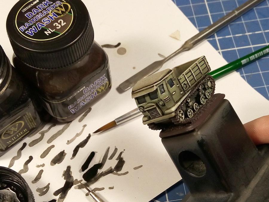 «Смывка» придаст моделям контраст, выделяет мелочи, добавляет тени. После неё модель будет выглядеть намного зрелищнее. Для смывки можно использовать готовые смеси или самодельные растворы — к примеру, 10–15% художественной масляной краски, разведённой с качественным уайт-спиритом до консистенции сливок, в несколько раз насыщеннее, чем «фильтр». О смывках в сети написано очень много, этот приём давно стал классическим в моделизме - Пушки-игрушки | Warspot.ru