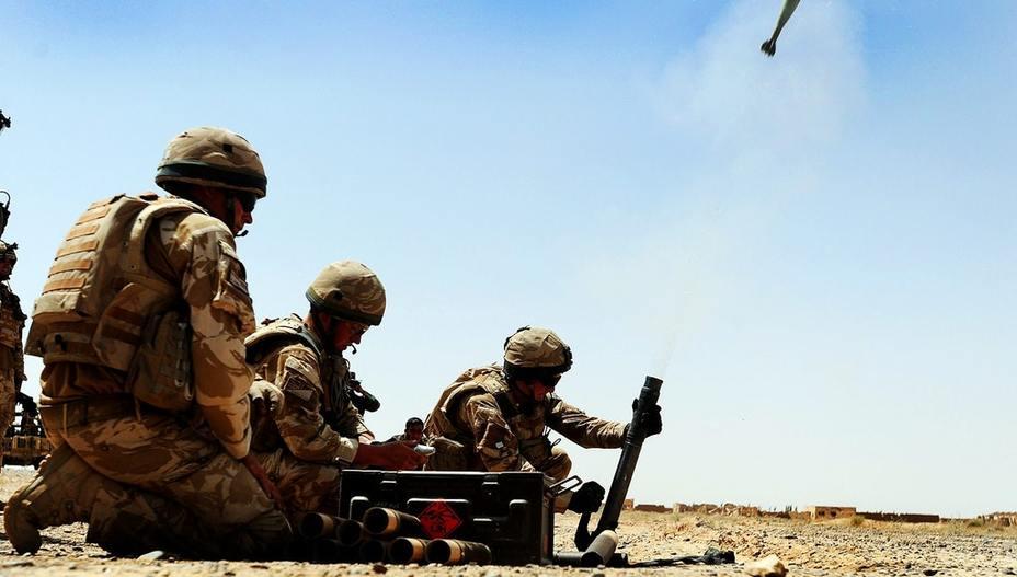 Британские солдаты ведут огонь из 60-мм миномёта. ukdefencejournal.org.uk - Британская пехота сменит оружие | Warspot.ru