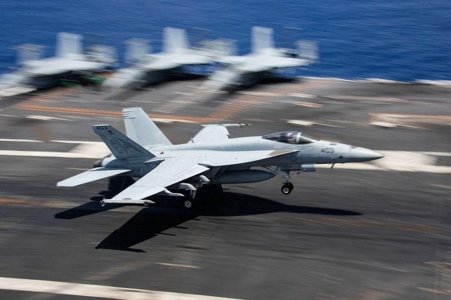 Палубный истребитель F/A-18 Super Hornet. defensenews.com - ВМС США восстанавливают палубную авиацию | Warspot.ru