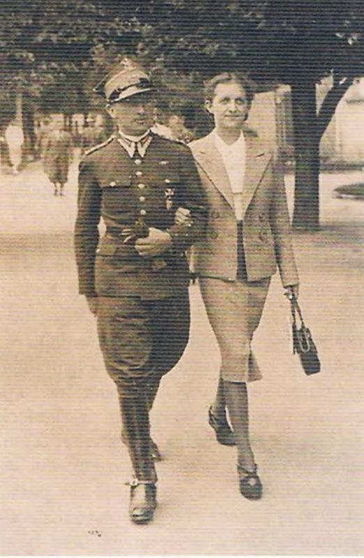 Ротмистр Ян Ладось с женой Марией. Фото датировано 3 августа 1939 года. До шага в легенду остался один месяц. Источник: Wielka Księga Kawalerii Polskiej 1918–1939. — T. 21. 18 Pułk Ułanów Pomorskich. — Warszawa, 2012