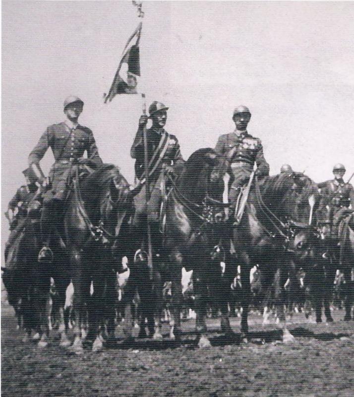 Знамённая группа 18-го полка уланов Поморских. Май 1939 года. Источник: Wielka Księga Kawalerii Polskiej 1918–1939. — T. 21. 18 Pułk Ułanów Pomorskich. — Warszawa, 2012
