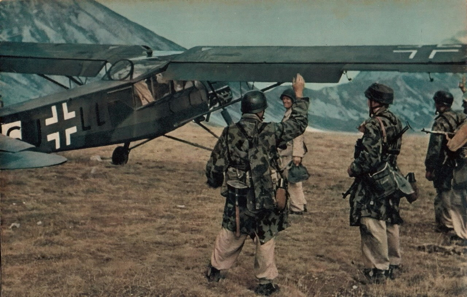 «Шторх» с пилотом и двумя пассажирами перед коротким разбегом - «Дуче, меня прислал фюрер!» | Warspot.ru