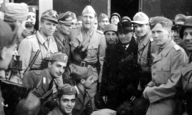 Муссолини и его торжествующие освободители у стен «Кампо-Императоре». Уставший дуче выглядит подавленным, кажется, что он не рад своему возвращению в большую игру и ясно видит её исход - «Дуче, меня прислал фюрер!» | Warspot.ru