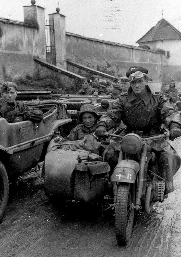 Мотоциклисты и гренадеры полка СС «Данмарк» в Хорватии. В качестве тактического знака на мотоцикл нанесено изображение датского флага. kriegsberichter-archive.com - Балканский вояж дивизии «Нордланд»: скандинавы против югославских партизан | Warspot.ru