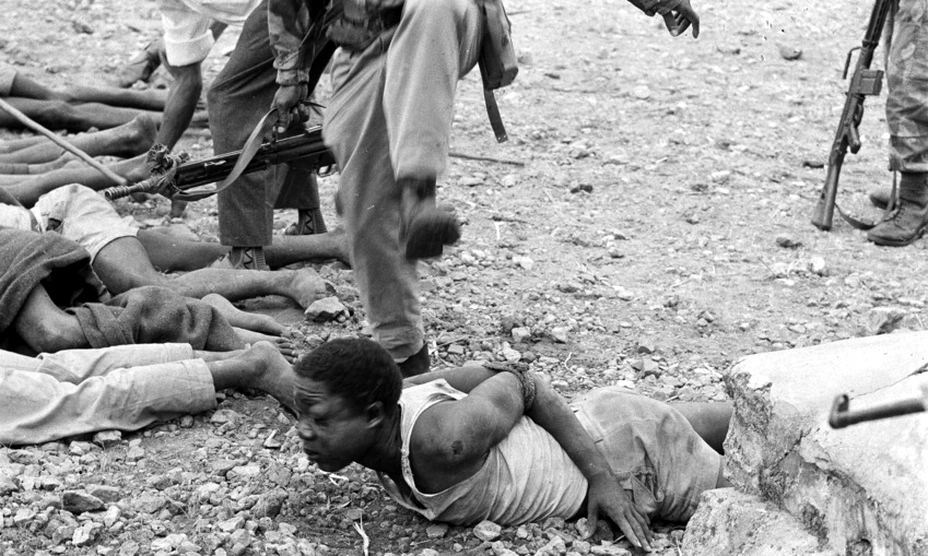 Солдаты КНА избивают повстанцев-симба, которые ранее убили и расчленили нескольких женщин (http://www.spiegel.de) - Африканский ландскнехт | Warspot.ru