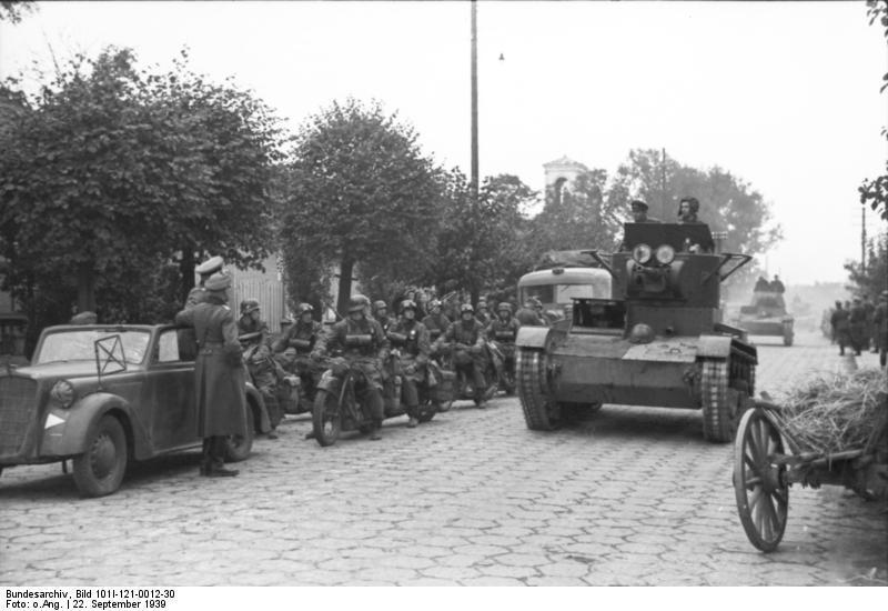 Советские танки Т-26 и немецкие мотоциклисты на улице Бреста при передаче города 22 сентября 1939 года - «Освободительный поход» РККА: начало | Warspot.ru