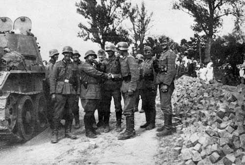 Встреча советских и немецких военнослужащих на территории Польши в сентябре 1939 года - «Освободительный поход» РККА: начало | Warspot.ru