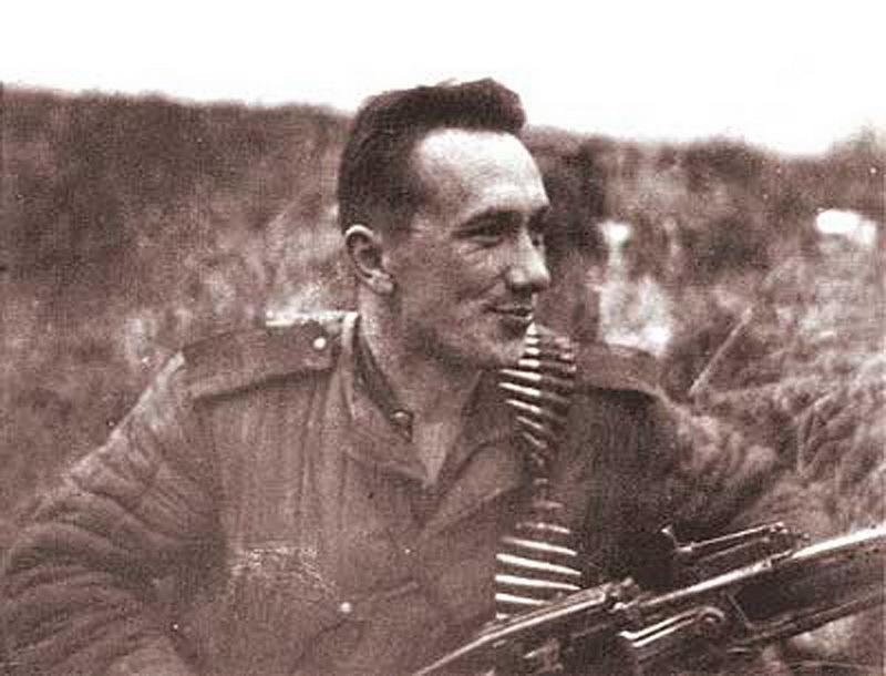 Одна из наиболее известных фронтовых фотографий Алексея Смирнова, где он снят с немецким пулемётом. В интернете она получила неофициальное название «Русский Рэмбо». aleksey-smirnov.ru - Боевой путь любимого актёра | Warspot.ru