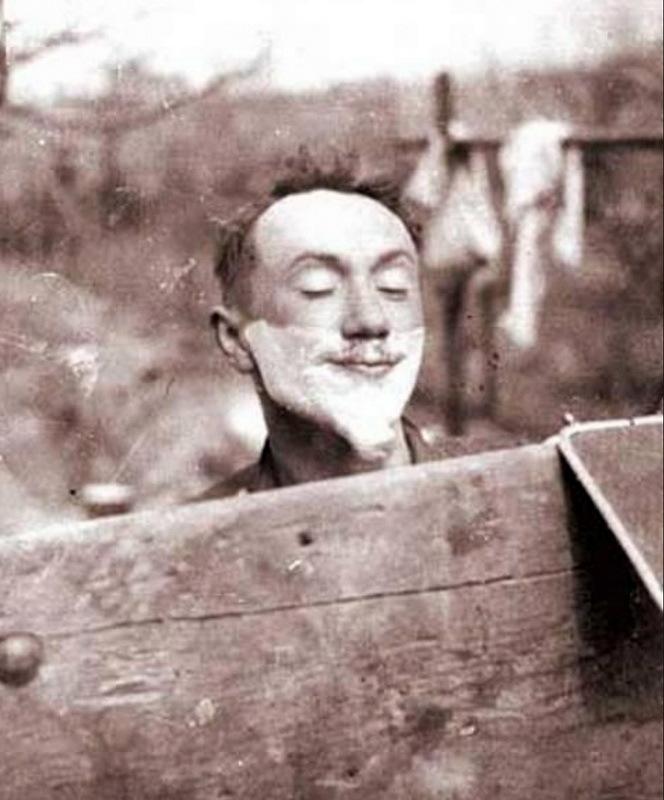 На фронтовых снимках Алексей Смирнов выглядит очень колоритно и часто просто забавно. Здесь запечатлён момент, когда во время бритья актёр-самородок демонстрирует эспаньолку из пены. aleksey-smirnov.ru - Боевой путь любимого актёра | Warspot.ru