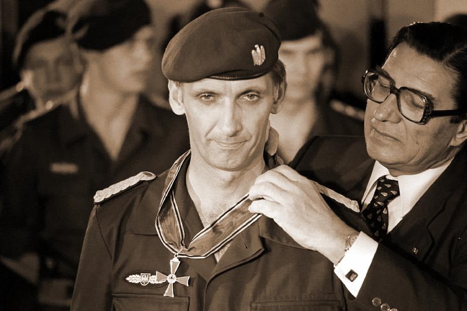 Создатель GSG 9 Ульрих Вегенер в момент награждения после операции «Магический огонь»
