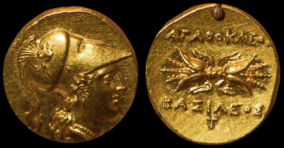 Золотая декадрахма Агафокла: на аверсе монеты изображена голова Афины, на реверсе — связка молний и надписи «Агафокл» и «Басилевс»