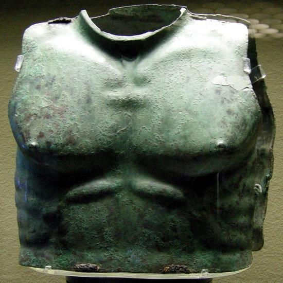 Бронзовый греческий панцирь, найденный в могильнике на Сицилии и датируемый серединой IV века до н.э.