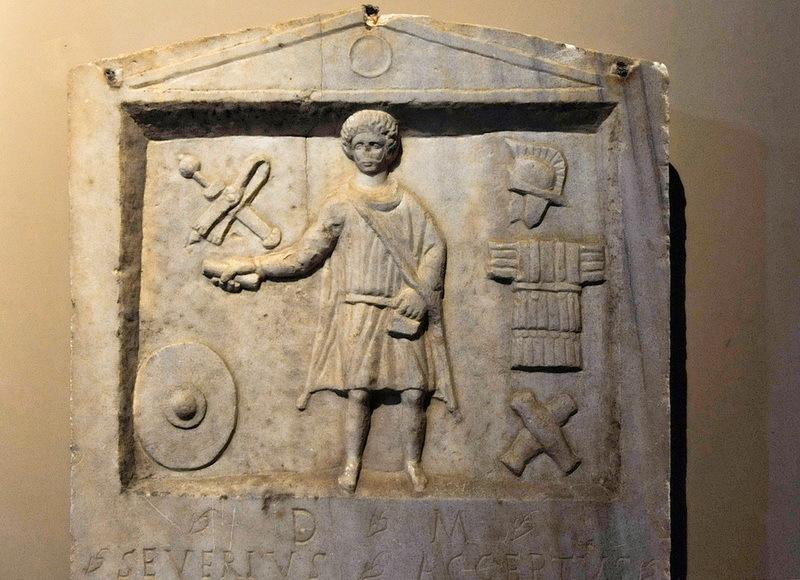 Стела Северия Акцепта, солдата VIII Августа легиона. Конец III века. н.э. Археологический музей, Стамбул