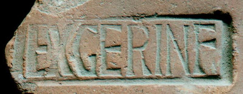 Штамп с надписью EX(ERCITUS) GER(MANIAE) INF(ERIORIS), который ставили на кирпичи, изготавливавшиеся в военных мастерских, так называемых фабриках. В качестве работников здесь были заняты рядовые солдаты. Многие тысячи находок свидетельствуют о широком распространении военного производства