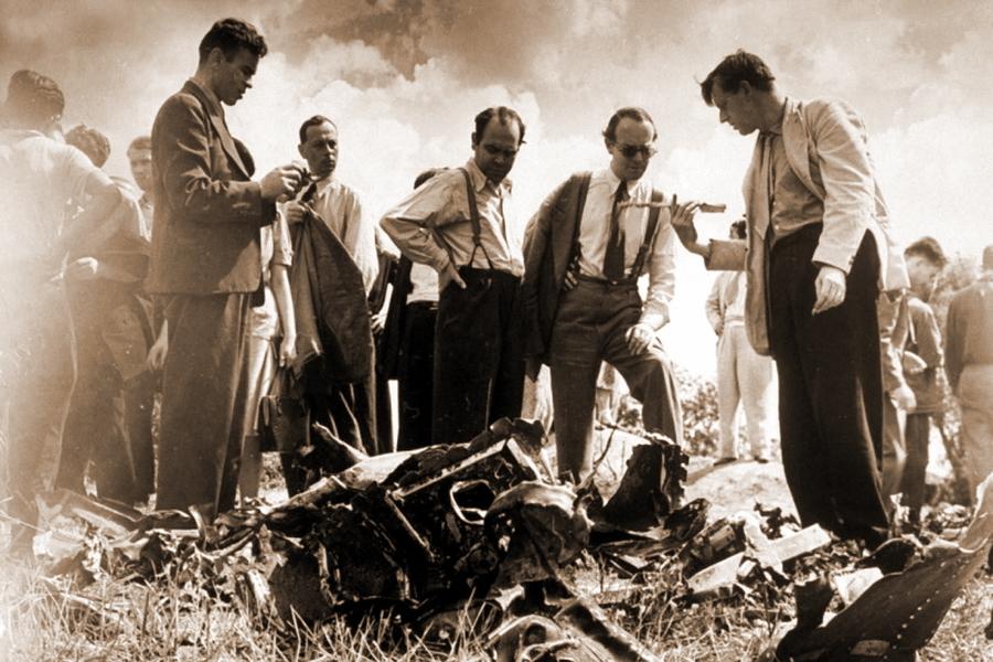 Журналисты осматривают обломки сбитого Талалихиным бомбардировщика - Так был ли таран?   Warspot.ru