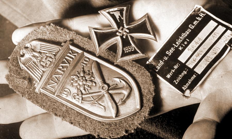 Железный крест, нарукавный щит за Нарвик и шильдик — трофеи, сфотографированные на месте падения одного из немецких бомбардировщиков. С большой долей вероятности, это сувениры именно со сбитого Талалихиным «Хейнкеля» - Так был ли таран?   Warspot.ru