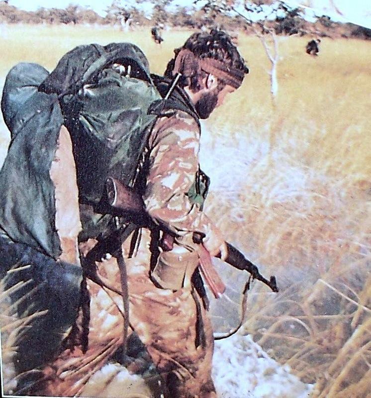 Боец 1-го коммандо на патрулировании в буше
