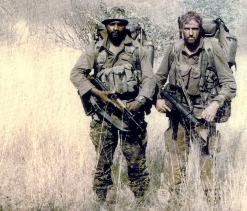 Пара бойцов 5-го полка в Анголе, 1980-е годы