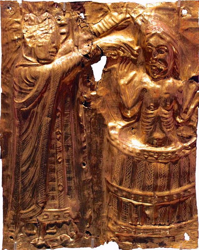 Харальд Синезубый принял христианство и старательно насаждал его среди своих подданных. Крещение Харальда. Позолоченная чеканка, около 1200 года - Интернационал из Треллеборга | Warspot.ru