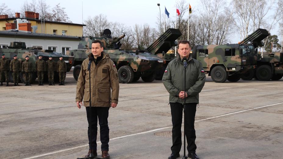Премьер-министр Матеуш Моравецкий (слева) и министр обороны Мариуш Блащак. defence24.pl - Польша покупает HIMARS | Warspot.ru