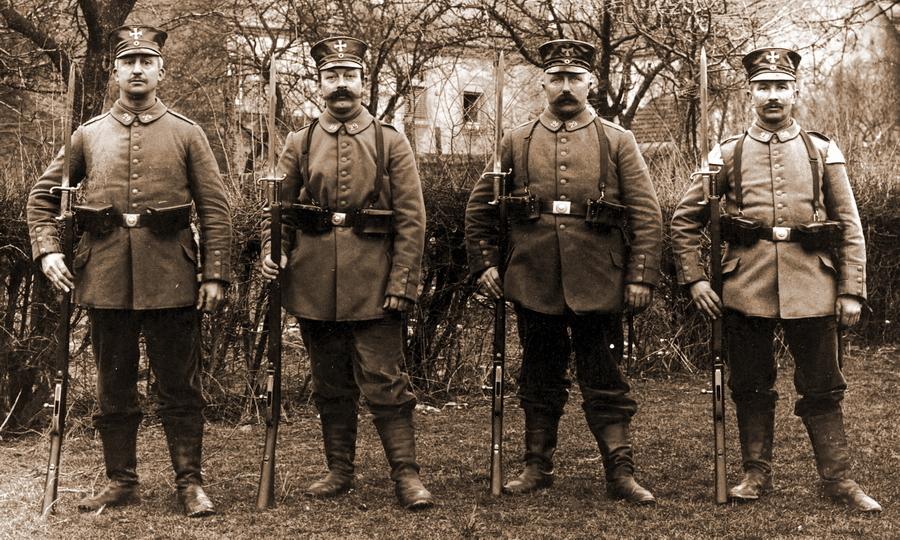 Солдаты германского ландштурма в Бертранже — коммуне юго-западнее столицы Люксембурга. Их можно хорошо отличить по черным фуражкам из блестящей клеёнки с пришитыми к тулье металлическими крестами - Странная война Люксембурга | Warspot.ru
