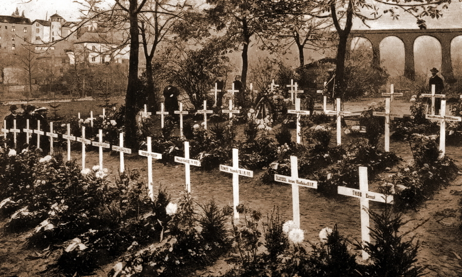 Могилы немецких солдат, умерших от ран в госпиталях. Кладбище в районе Клаузен в столице Люксембурга. Оно возникло как гарнизонное прусское кладбище и функционировало ещё в 1815–1867 гг., когда Люксембург был членом Германского союза, а затем использовалось немцами в ходе обеих мировых войн. Здесь также хоронили австрийцев и французов, но оба этих государства после войны забрали останки своих подданных - Странная война Люксембурга | Warspot.ru