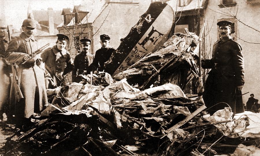 Немецкие солдаты позируют у обломков французского разведчика-бомбардировщика «Фарман» F.40 из эскадрильи F.25. Экипаж пилота су-лейтенанта Мариуса Лаутирона и механика капрала Альфреда Фуржеро в ночь на 10 февраля 1917 года в группе из восьми машин бомбил город Дифферданж юго-западнее Люксембурга, но был сбит огнём с земли. 12 февраля оба французских авиатора при большом скоплении народа с воинскими почестями были похоронены на местном военном кладбище - Странная война Люксембурга | Warspot.ru
