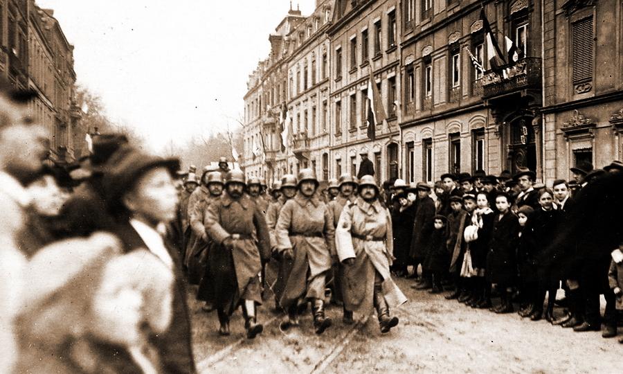 «Без радостей любовь — разлука без печали»: немецкие солдаты покидают Люксембург, 20 ноября 1918 года. Насколько мирной была оккупация, настолько без эксцессов прошло и расставание с оккупантами. В окнах и на балконах уже вывешены флаги стран-победительниц - Странная война Люксембурга | Warspot.ru