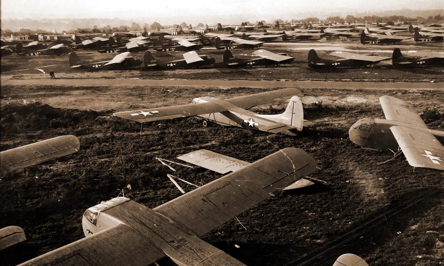 Сотни десантных планеров — американских «Вако» CG-4 и британских «Хорса» (на заднем плане) выстроились на взлётных полях в ожидании начала операции «Маркет Гарден»