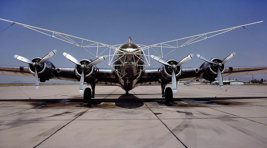 Оборудованный штангами-уловителями системы Фултона ветеран B-17 был похож на диковинного жука-усача