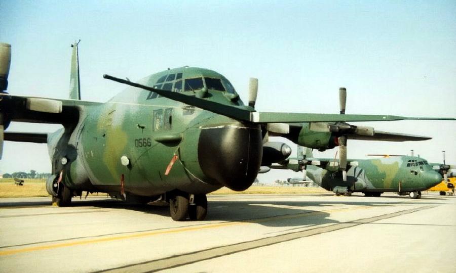 Переоборудованный MC-130 «Комбат Тэлон» со штангами-уловителями системы Фултона. В полёте они складывались