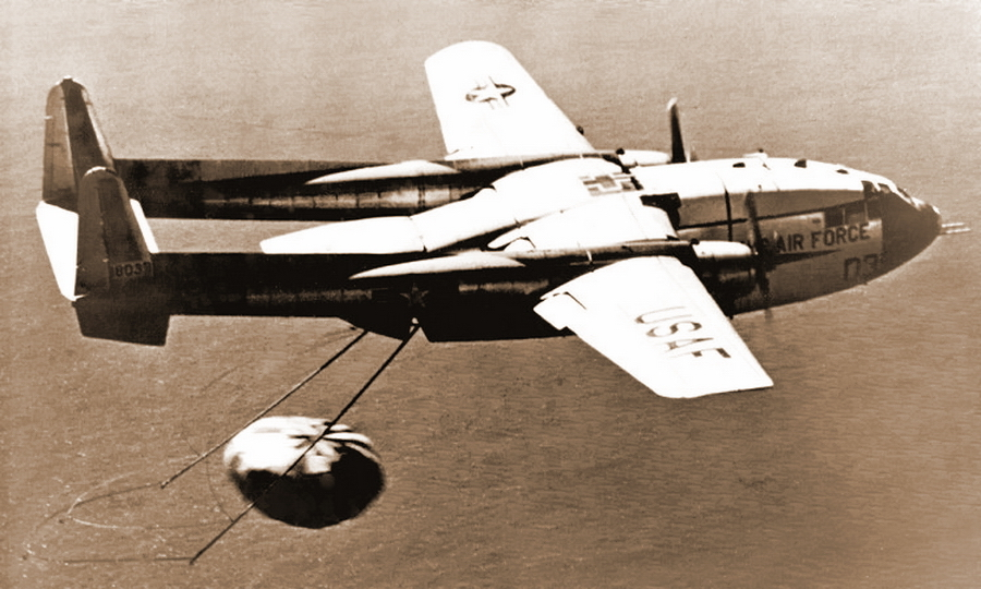 «Летающий вагон» С-119 подхватывает за парашют капсулу спускаемого аппарата «Дискаверер-14»