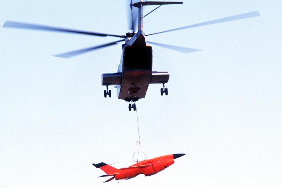 Вертолёт CH-53 «Си Кинг» с подхваченным в воздухе беспилотным разведчиком «Файрби» на подвеске