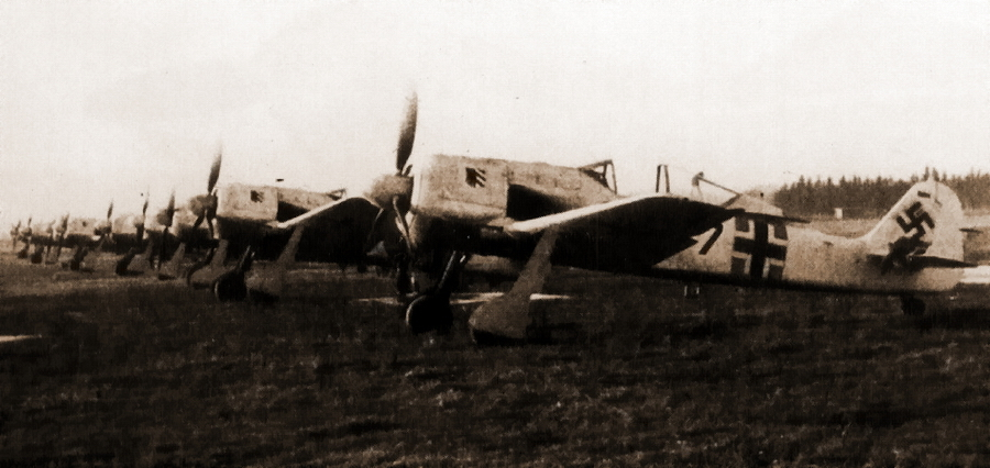 «Фокке-Вульфы» Fw 190A-4 на аэродроме Хайлигенбайль в Восточной Пруссии (ныне Мамоново Калининградской области), декабрь 1942 года. Самолёты только что получены авиагруппой I./JG 54 - Кровавая «Искра» генерала Кравченко   Warspot.ru