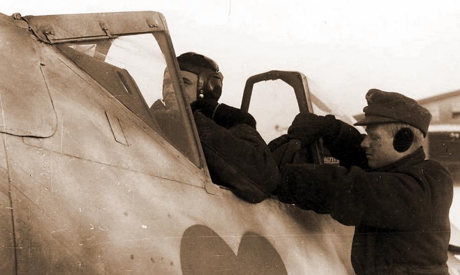 Майор Ганс Филипп готовится к вылету в кабине своего истребителя - Кровавая «Искра» генерала Кравченко   Warspot.ru