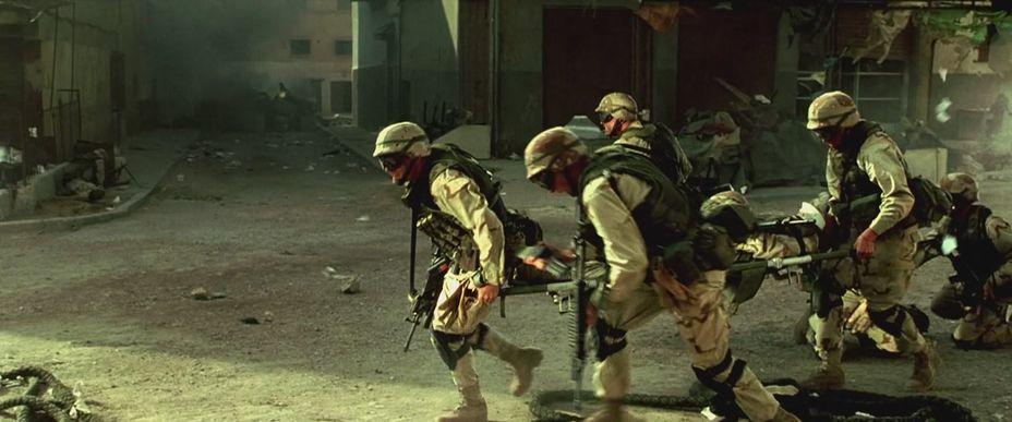 В голове скептика появляется мысль: для Ридли Скотта очень важно показать, что действия американских военных в Могадишо — вовсе не агрессия, а лишь адекватный ответ