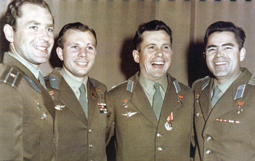Первая четвёрка космонавтов, слева направо: Герман Титов, Юрий Гагарин, Павел Попович, Андриян Николаев. РГАНТД. Арх. № 1-2088 цв.
