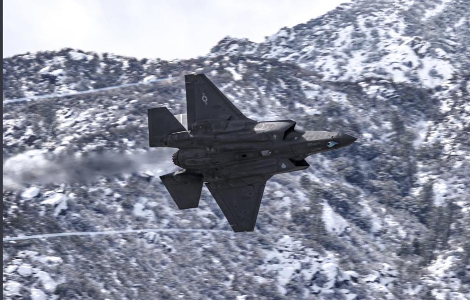 Истребитель F-35 ВВС США. twitter.com/TheAviationist - Больше F-35 для Европы | Warspot.ru