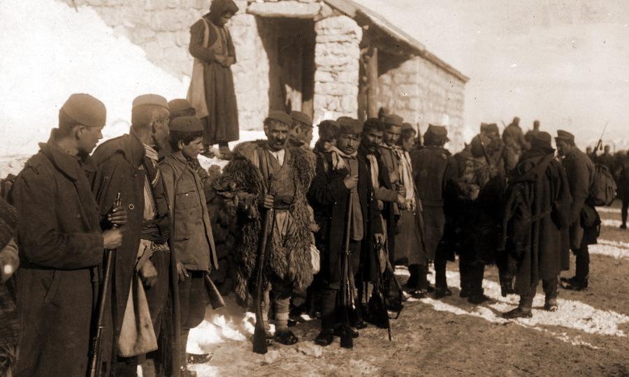 Черногорские солдаты, готовые сложить оружие. Снимок сделан немецким фотографом (https://www.iwm.org.uk) - Брат на брата: зеленаши против белашей | Warspot.ru