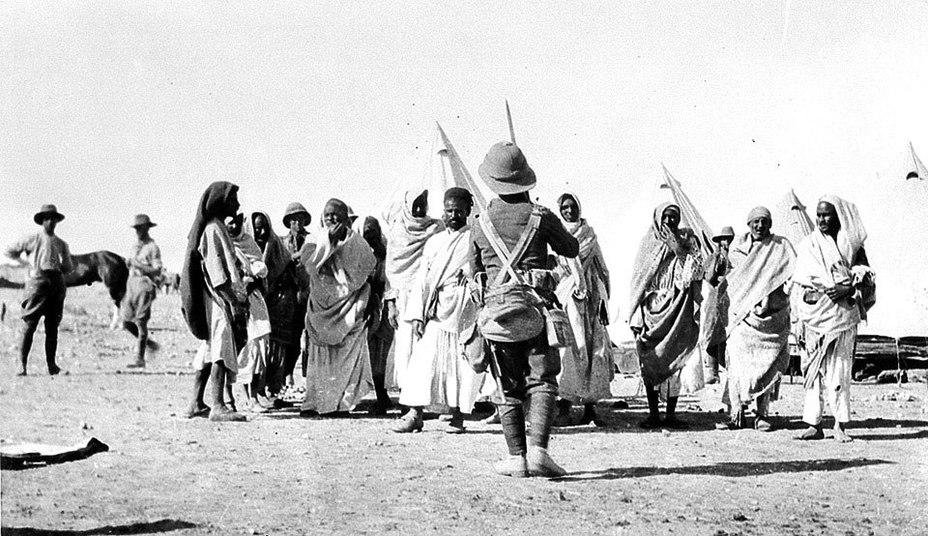 Британские солдаты конвоируют пленных воинов ордена Санусия.collection.nam.ac.uk