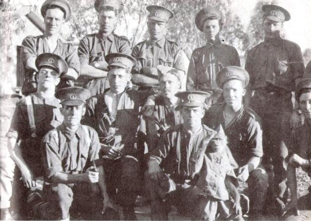 Джеки с боевыми товарищами.todayinhistory.blog