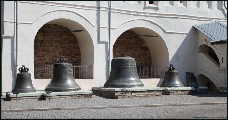 Колокола у звонницы Софийского собора в Великом Новгороде.bankgorodov.ru