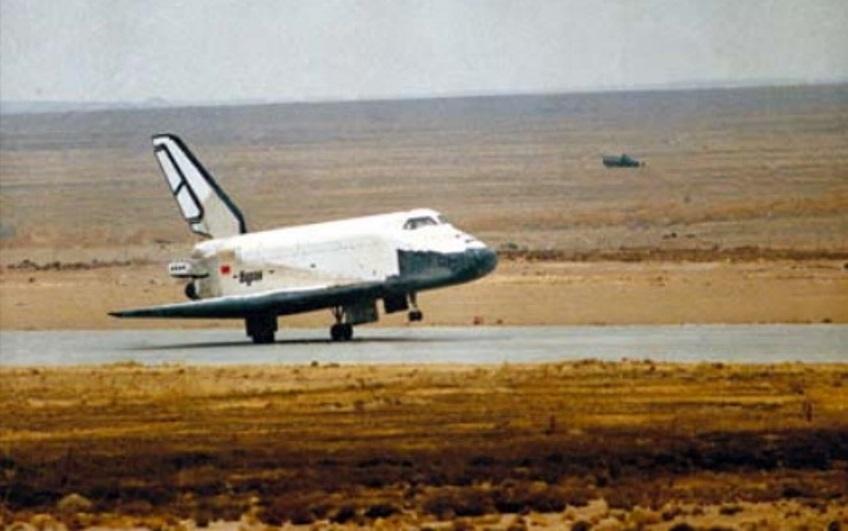 Приземление корабля «Буран» после возвращения из космического полёта 15 ноября 1988 года. buran.ru - Ненаступившее будущее советской космонавтики | Warspot.ru