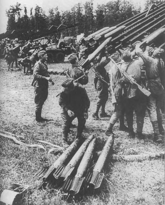 Процесс заряжания «Катюши» снарядами М-13. Фото из книги «Реактивная артиллерия Красной Армии. 1941-1945» (2006). - Огненный дебют «Катюш» | Warspot.ru
