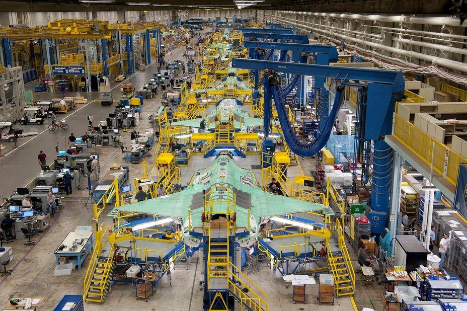 Производственная линия истребителей F-35. lockheedmartin.com - Минобороны США заказало рекордную партию истребителей F-35 | Warspot.ru
