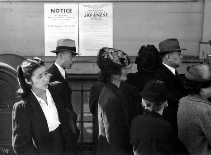 Американские японцы рядом с объявлением об интернировании, весна 1942 года.commons.wikimedia.org